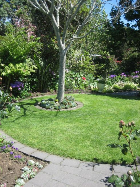 round lawn with paver border -- pinterest