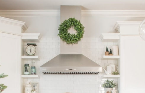 kitchen-with-christmas-wreath