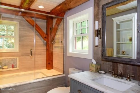 berk cabin bathroom